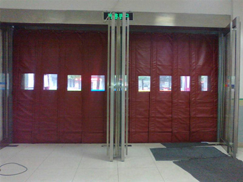 西安超市棉门帘,棉门帘的作用主要是阻止室内外的空气对流,从而起到防寒保暖的目的。